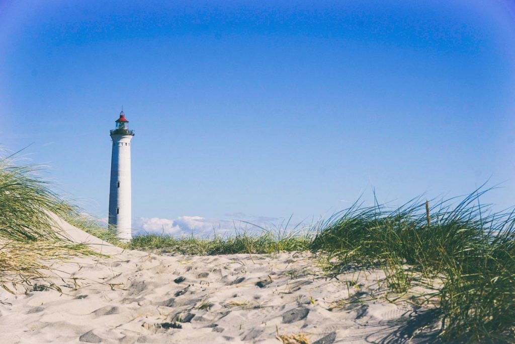 Faro en una playa en verano